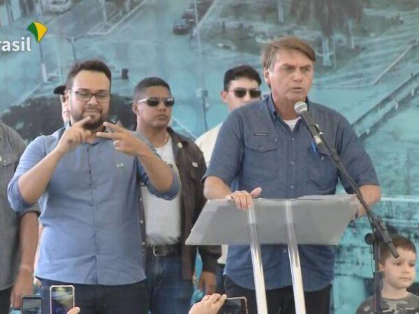 Bolsonaro surta e critica restrições para conter o COVID 19