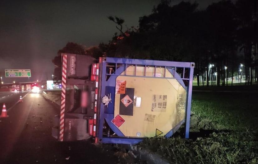 Caminhão com carga química tomba em São José dos Campos