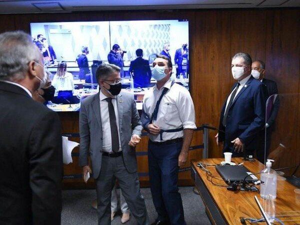 "Flávio Bolsonaro invade CPI da COVID e chama relator de ""vagabundo"""