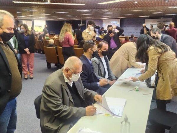 Prefeito Carlos Mineiro assina convênio do programa Educação Viária é Vital